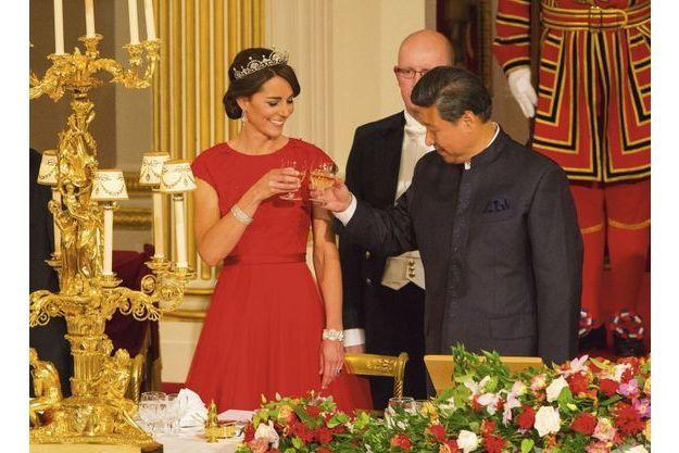Tchin-tchin ! pour ouvrir les festivités au soir du 20 octobre. Cent soixante-dix invités ont été conviés à ce banquet d'Etat, dans la salle de bal de Buckingham.