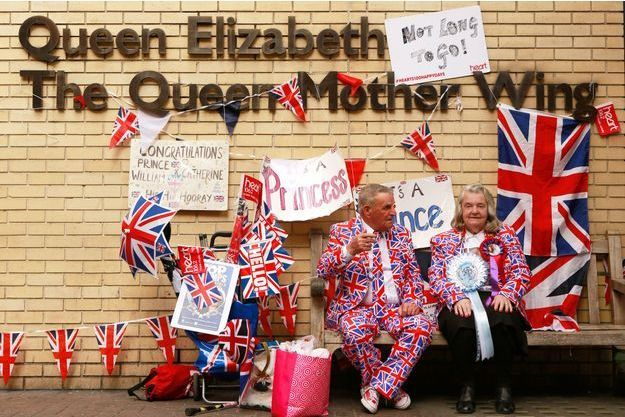 Les fans des royals, Margaret Tyler et Terry Hutt, devant le St Mary's Hospital de Londres où doit accoucher la duchesse de Cambridge, née Kate Middleton.