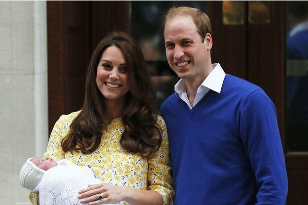 La duchesse de Cambridge, née Kate Middleton, et le prince William tenant la princesse Charlotte à la sortie de la maternité samedi.