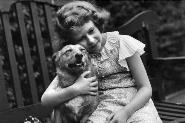 La princesse Elizabeth avec l'un de ses corgis, en 1936.