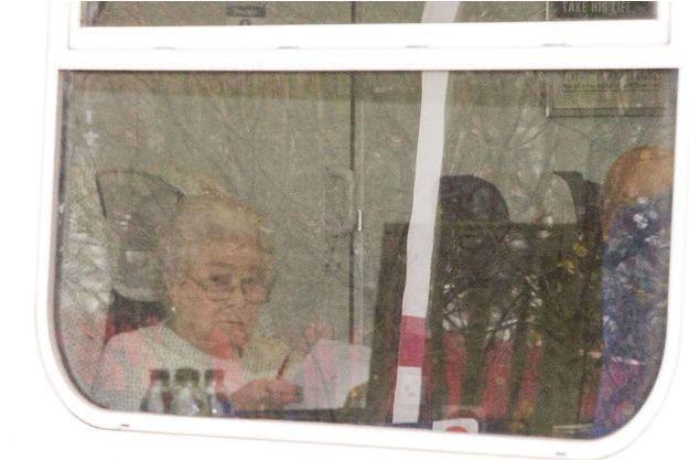 La reine Elizabeth dans le train pour Sandringham, vendredi.