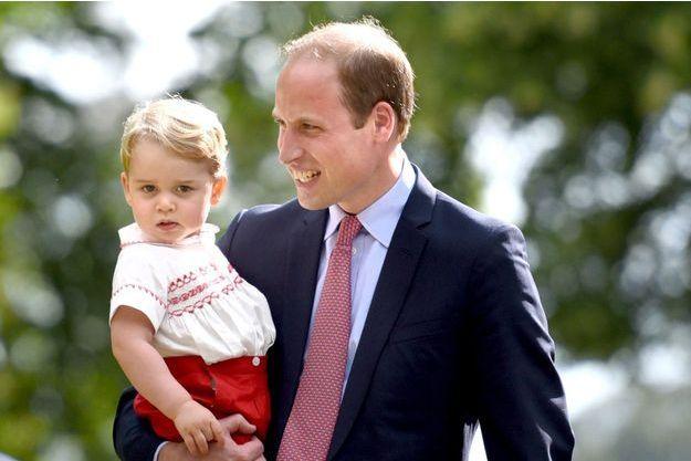 Le prince William avec son fils le prince George à Sandringham, le 5 juillet 2015