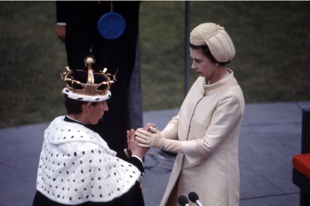 Charles est intronisé prince de Galles par sa mère la reine Elizabeth II, lors d'une cérémonie au château de Caernarfon, le 1er juillet 1969.