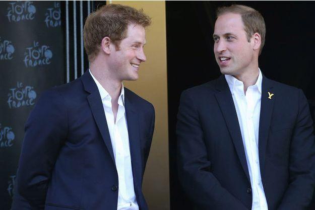 Le prince Harry et le prince William lors du passage du Tour de France à Harrogate en Angleterre le 5 juillet 2014