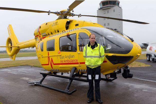 Le prince William, devant son hélicoptère-ambulance, le 13 juillet 2015.