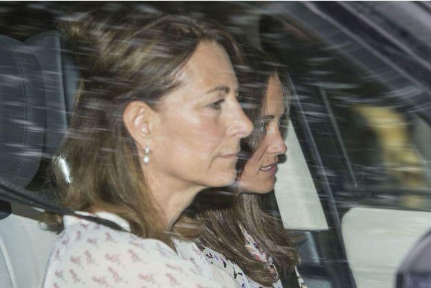 Carole et Pippa Middleton allant rencontrer la petite princesse née samedi à Londres.