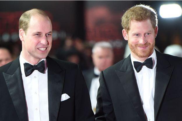 """Le prince William et le prince Harry à la première """"Star Wars: The Last Jedi"""" au Royal Albert Hall de Londres, le 12 décembre 2017."""