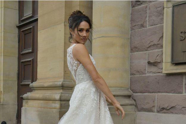 """Meghan Markle posant dans une robe de mariée Kleinfeld, portée pour le tournage de la série """"Suits""""."""