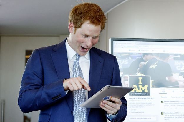 Le prince Harry en train de tweeter.