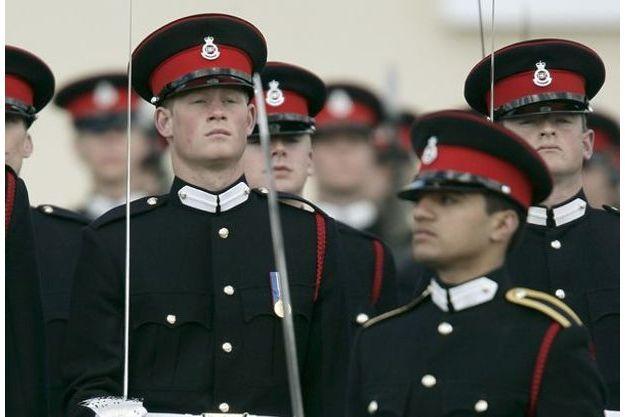 Le prince Harry et Ahmed Raza Khan (à dr.), lors d'une parade à l'académie royale militaire de Sanhurst en avril 2006.