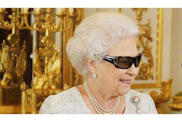 Elizabeth II  regardant son discours de noël en 3D