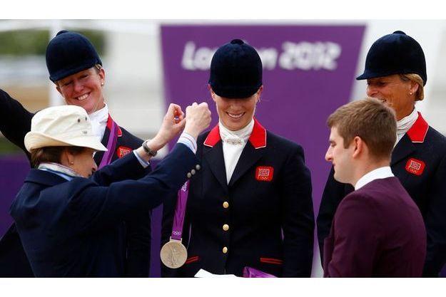 La princesse Anne remet la médaille d'argent du concours complet à sa fille.