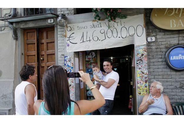 On peut rêver ! «Ici un gagnant a remporté 146 900 000 euros» : depuis une semaine, les touristes défilent au Biffi pour se faire photographier devant la banderole griffonnée par Vanni, le propriétaire du café.