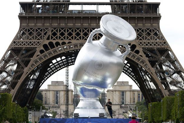 Une réplique de la Coupe d'Europe devant la Tour Eiffel, à Paris