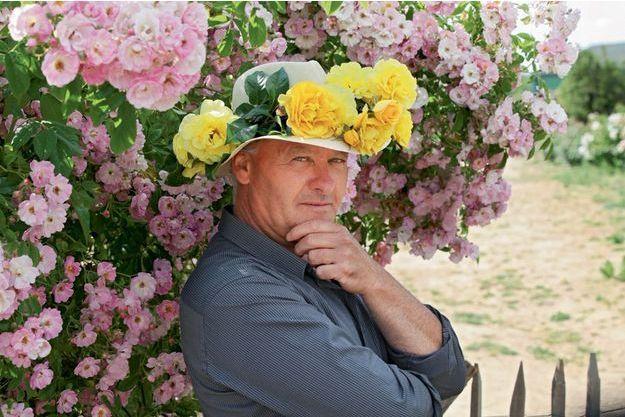 Jérôme Rateau: Rose jaune Académie d'Orléans 2014, premier prix du concours international de roses de Bagatelle. Une variété très résistante aux maladies qui peut être cultivée sans traitement. Une floraison allant du jaune citron au crème filé de rose.