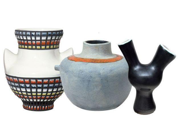 De g. à d. : Vase à Oreilles Damiers, de Roger Capron, 1959, à la galerie Artrium. Vase Tétons,  d'André Borderie, 1960,  à la galerie Artrium. Vase Oiseau, de  Georges Jouve, 1950,  à la galerie Artrium.