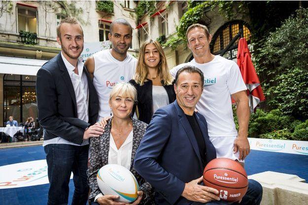 La famille Pacchioni, Marco, Isabelle, leurs enfants Rocco, Lola et les deux ambassadeurs : Jonny Wilkinson et Tony Parker.