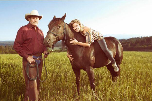 Dans une prairie du ranch Parelli, Sophie monte à cru Rendition, 4 ans. Grâce au savoir-faire de Pat, la jument quarter horse, tenue par un simple licol, a posé près d'une heure pour notre photographe. Elle porte la marque du ranch où elle est née.