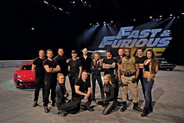 Une partie de l'équipe du show, cascadeurs et techniciens.