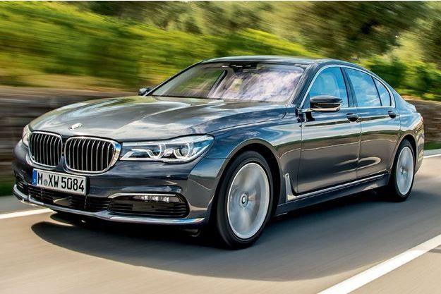 La gamme Série 7 débute à 86 500 euros avec la 730d (265 ch) et culmine à 126 500 euros dans cette version longue (+ 14 cm) 750 Li à quatre roues motrices.