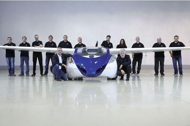 Une équipe réduite pour un projet majeur. Devant à droite, Stefan Klein, le concepteur de l'AeroMobil.