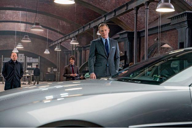 Dans cette scène du dernier James Bond, Q, joué par Ben Wishaw, fait découvrir à l'agent secret de Sa Majesté (Daniel Craig) son nouveau joujou: l'Aston Martin DB10.
