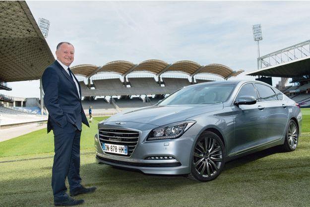 Jean-Michel Aulas devant la Hyundai Genesis dans l'enceinte du nouveau stade de Lyon.
