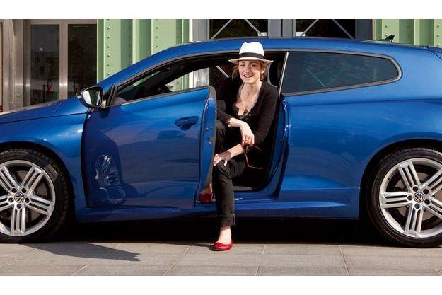 Julie Gayet au volant d'une VW Scirocco R.