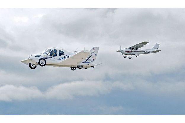 Phil Meteer, pilote d'essai, tient le manche de Transition.  Depuis son premier vol, le 5mars 2009, l'étrange  véhicule a été testé 28 fois, sans le moindre problème.