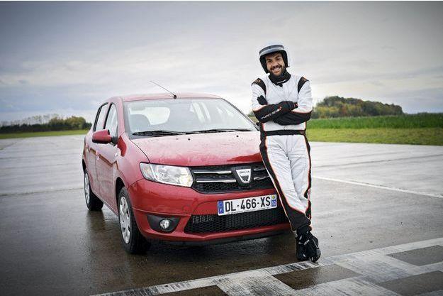 Laurent Ournac et la Dacia Sandero de «Top Gear».
