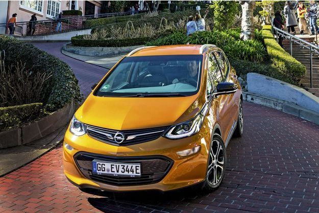 La batterie lithium-ion nickel, manganèse, cobalt (NMC) de l'Opel Ampera-e comprend 288cellules pour un poids total de 430 kilos. Le constructeur allemand la garantit huit ans ou 160 000 kilomètres.