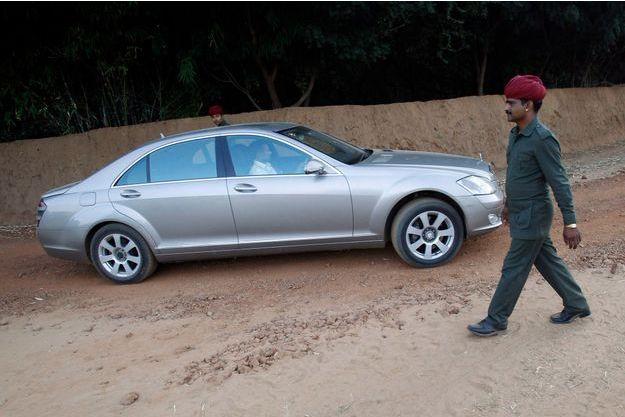 Une luxueuse Mercedes Classe S sur une route défoncée du Rajasthan.