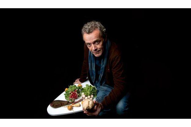 Précurseur et grand connaisseur du légume, Alain Passard est le premier  à avoir supprimé la viande de la carte de son restaurant trois étoiles.