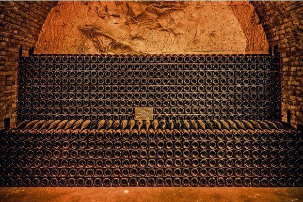 La fraîcheur et l'humidité constantes des caves à 10 mètres sous terre assurent aux flacons un sommeil idéal pour une bonne maturation.