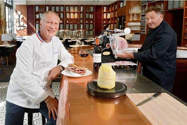 Eric Frechon avec le chef Thierry Colas, à qui il a confié les fourneaux du Lazare.