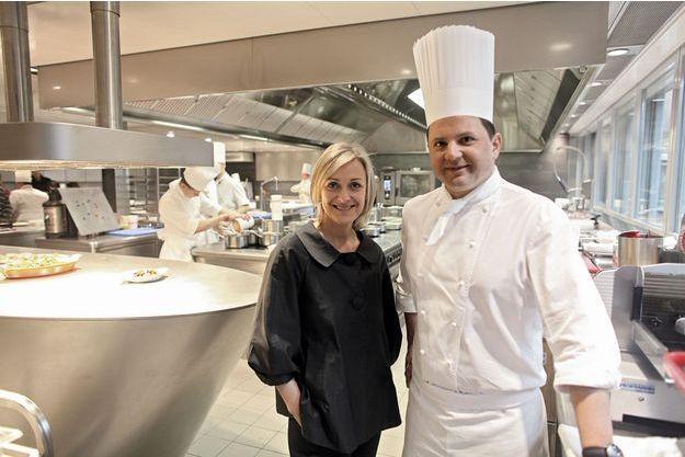 Brigitte Violier au côté de Franck Giovannini, le nouveau chef de la maison, dans la cuisine conçue sur mesure par Benoît Violier.