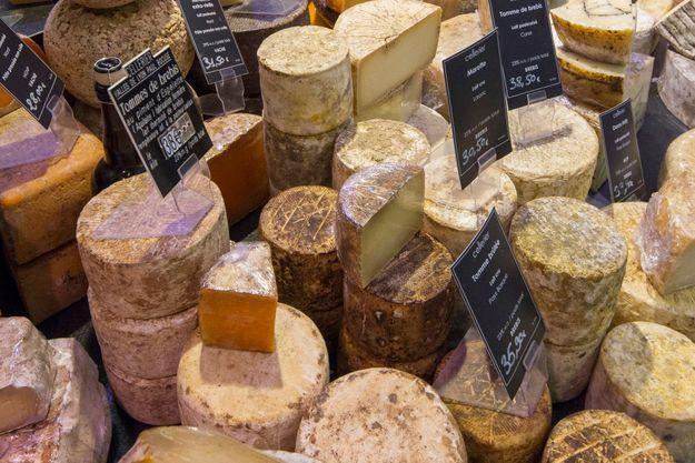 Un magnifique étal de fromages, à Lyon.