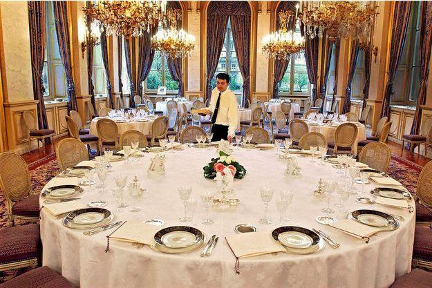 Le maître d'hôtel du Quai d'Orsay dresse une table au cordeau en trois quarts d'heure