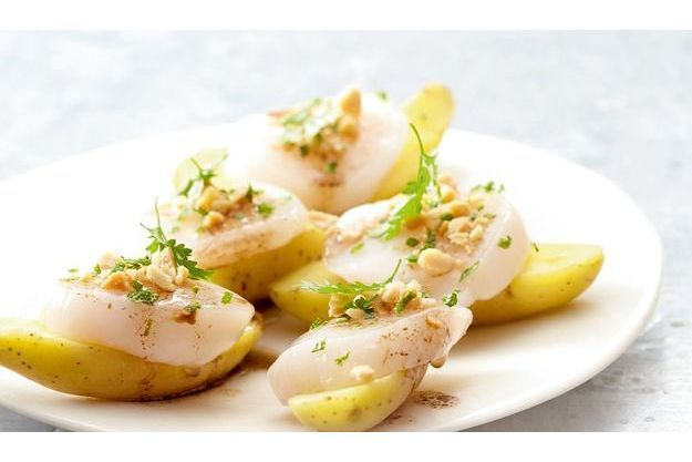 Saint-Jacques crues, pommes de terre rattes et cacahouètes