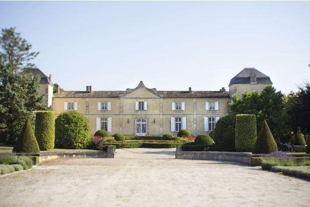 Le château Calon-Ségur vient d'être repris par un investisseur soucieux d'en assurer la continuité. Pour la propriété, c'est aussi une ouverture au monde après des années de confidentialité assumée.