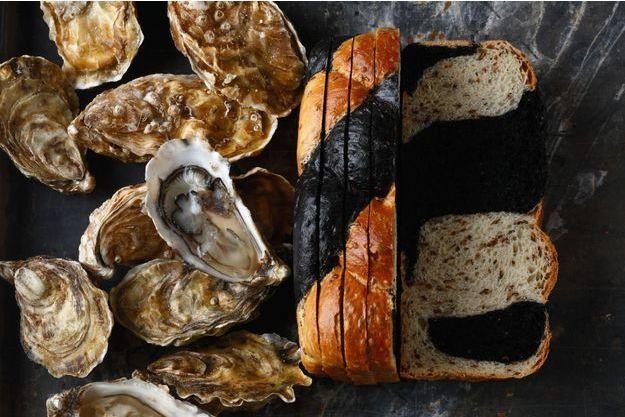 Un pain de mie bicolore à l'encre de seiche et à la graine de nigelle, signée Gontran Cherrier.