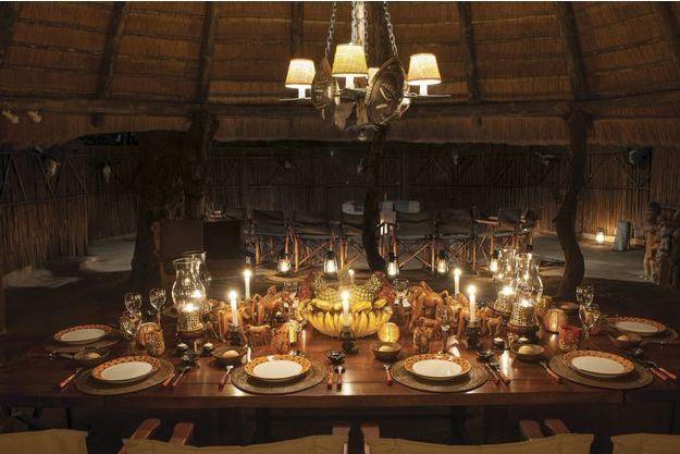 Table Singe. Dans son lodge d'Afrique du Sud, la suspension vient des puces de Paris, les verres de Murano et les singes d'un marché local.