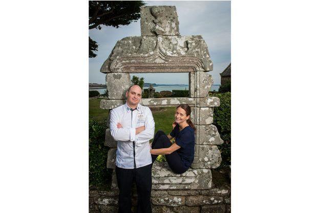 Le chef Maxime et son épouse Cécile Nouail au cœur du patrimoine du Domaine de Rochevilaine.