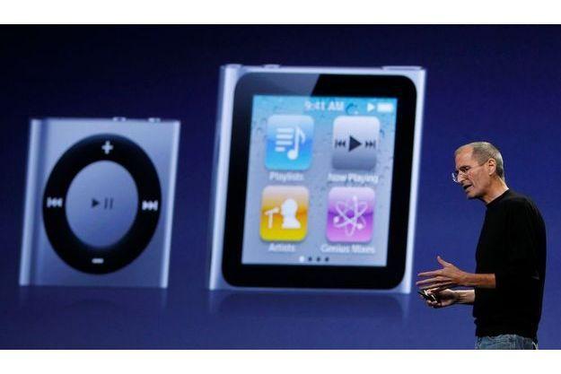 Steve Jobs a présenté l'iPod shuffle (à g.) et l'iPod nano (à d.)