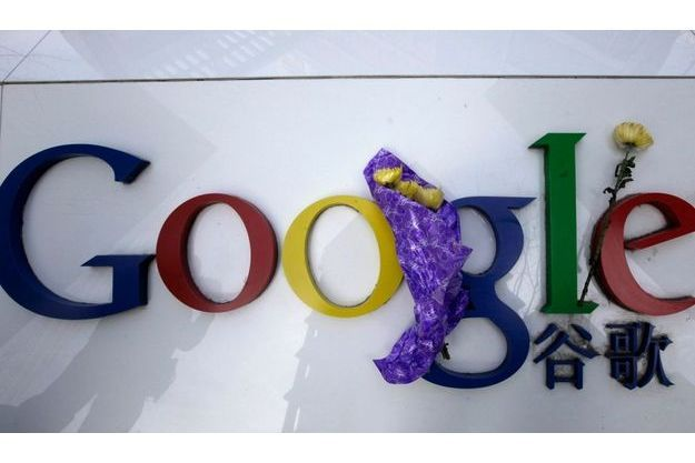 Des gens ont déposé des fleurs sur le logo de l'entreprise, devant son siège chinois.