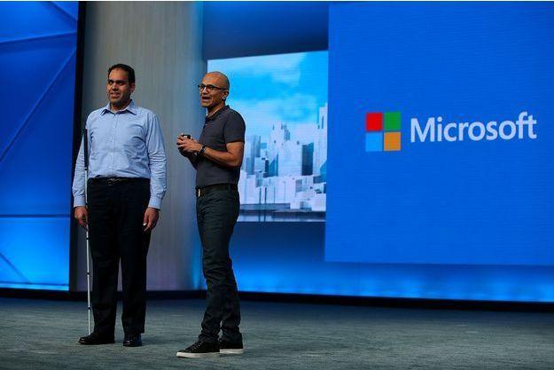 Saqib Shaikh (à gauche) à côté de Satya Nadella, le directeur général de Microsoft, lors de la keynote du 30 mars.