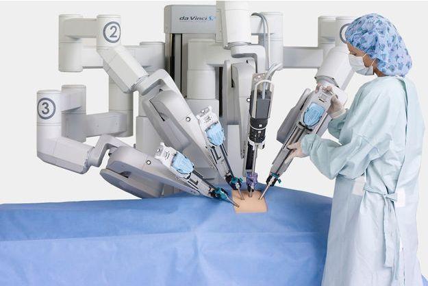 Le Da Vinci comporte quatre bras télémanipulés par le chirurgien. L'un possède une caméra endoscopique et restitue des images en 3D, les autres tiennent des instruments chirurgicaux comme un électrobistouri qui découpe les tissus à l'aide d'un courant électrique