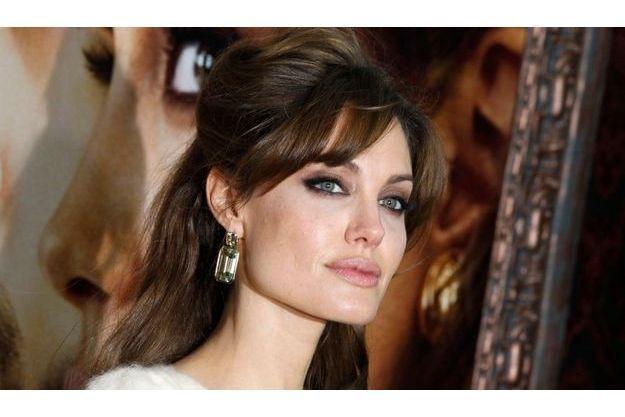 Angelina Jolie portait une paire de boucles d'oreilles de sa collection à l'avant-première new-yorkaise du film «The Tourist», le 6 décembre 2010.
