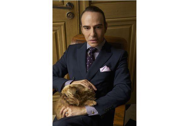 John Galliano pose pour sa première photo en tant que directeur artistique de la Maison Martin Margiela.