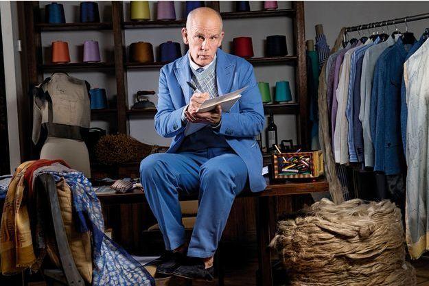 Dans son atelier à Paris, John Malkovich est entouré de bobines de lin, un matériau qu'il affectionne pour son côté naturel et écologique. Il s'approvisionne d'ailleurs en France, l'un des premiers pays producteurs au monde.